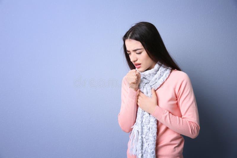 El toser de la mujer joven foto de archivo libre de regalías