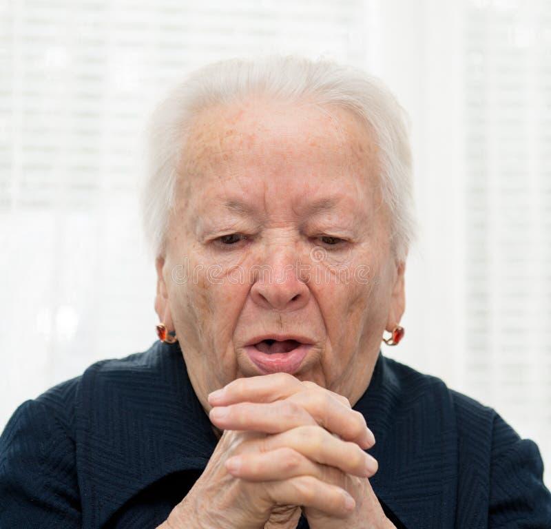 El toser mayor de la mujer imagen de archivo libre de regalías
