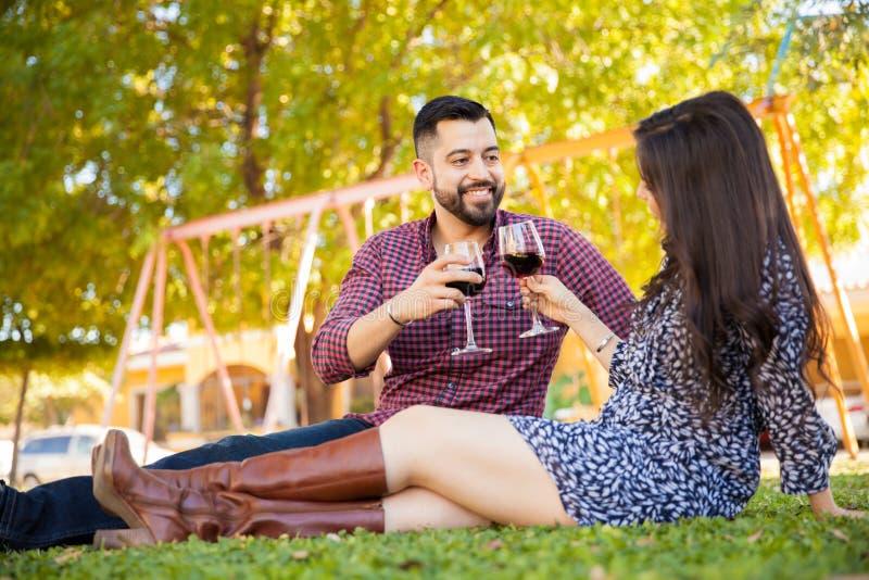 El tostar con el vino al aire libre fotografía de archivo libre de regalías
