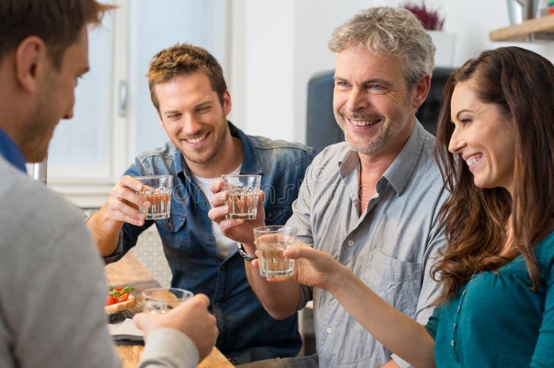 El tostar con las copas de vino fotografía de archivo libre de regalías