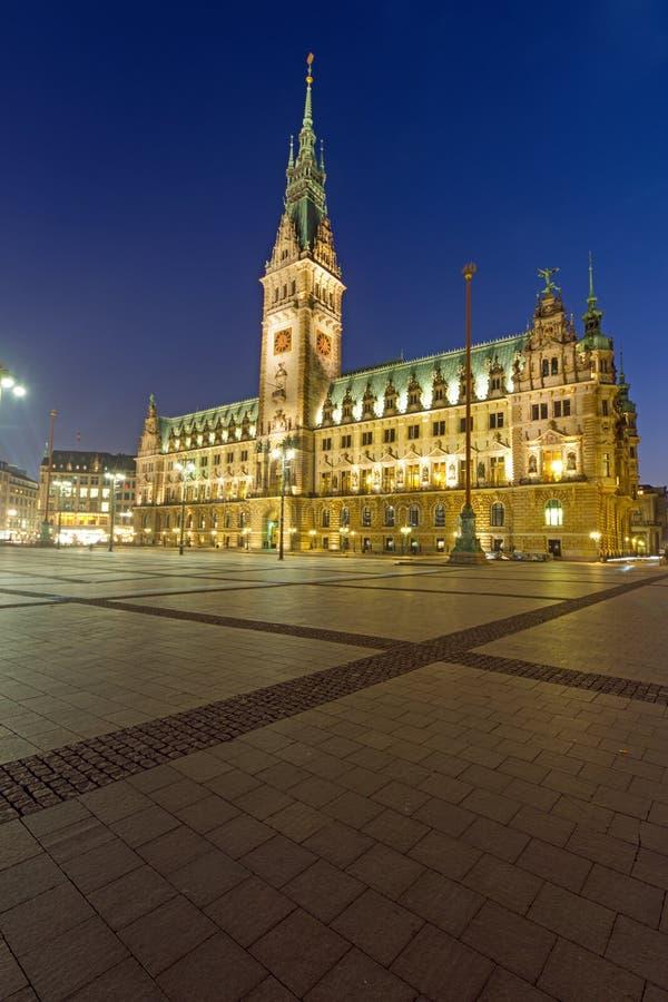 El townhall en Hamburgo en la noche imágenes de archivo libres de regalías