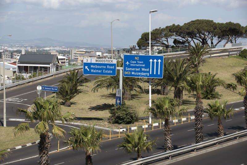 El tráfico por carretera direccional firma adentro Cape Town África meridional imagen de archivo libre de regalías