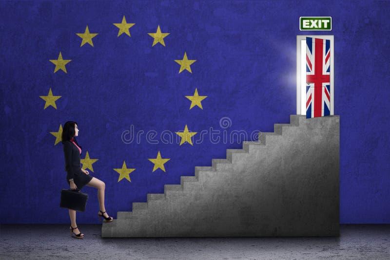 El trabajador camina en las escaleras hacia puerta del brexit fotos de archivo