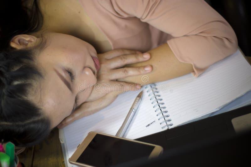 El trabajador de mujer asi?tico que sufr?a del da?o, cansancio, dolor en el cuello, m?sculo, subray? durante el trabajo con el or fotografía de archivo libre de regalías