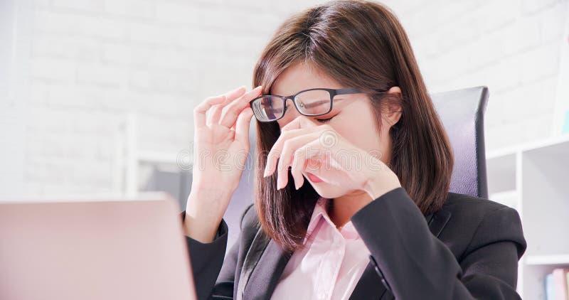 El trabajador de mujer de Asia siente cansado imagen de archivo libre de regalías