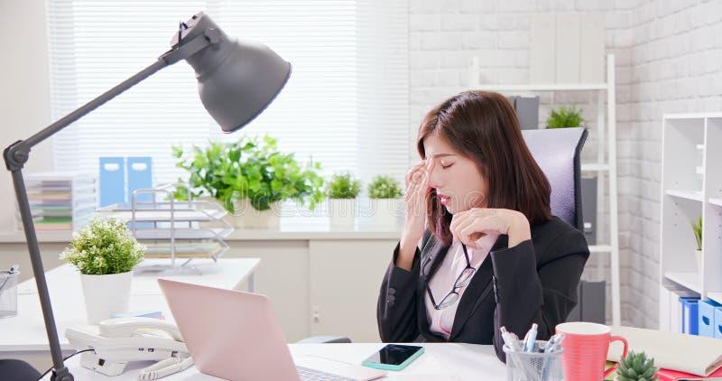 El trabajador de mujer de Asia siente cansado imágenes de archivo libres de regalías