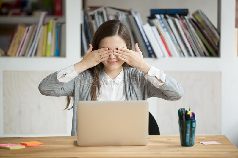 El trabajador de sexo femenino joven que juega la cubierta infantil observa con las manos fotos de archivo