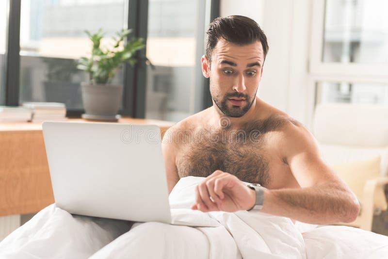 Download El Trabajador De Sexo Masculino Ocupado Es Atrasado Para Los Plazos Imagen de archivo - Imagen de atractivo, internet: 100534413