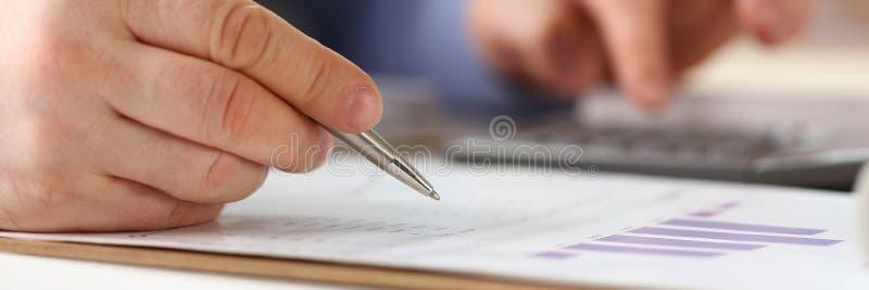 El trabajador del banco hace concepto de contabilidad de la renta de empresas foto de archivo libre de regalías