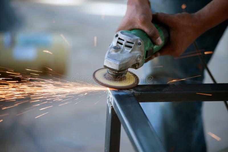 El trabajador es pieza de metal de soldadura de acero de la tabla imágenes de archivo libres de regalías