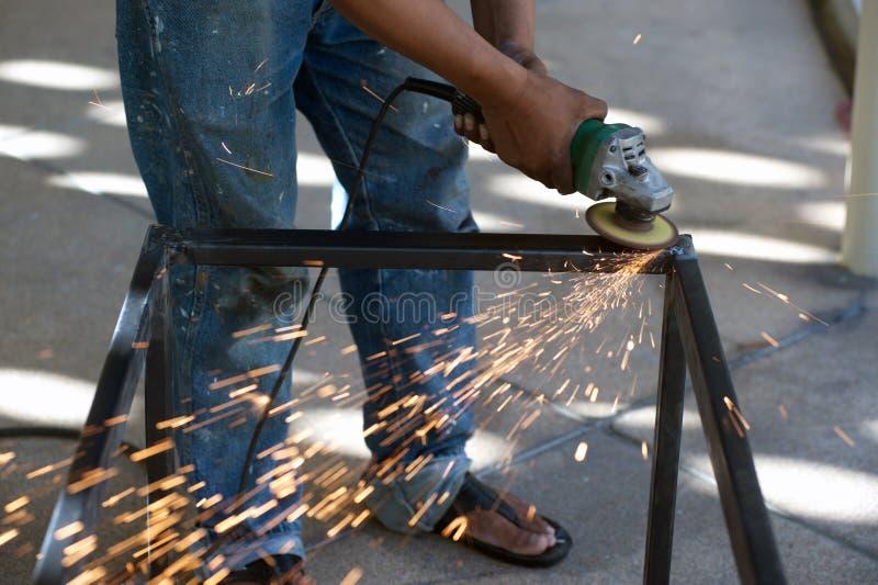 El trabajador es pieza de metal de soldadura de acero de la tabla fotos de archivo libres de regalías