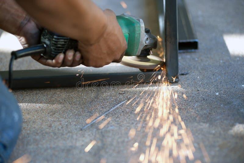 El trabajador es pieza de metal de soldadura de acero de la tabla fotografía de archivo