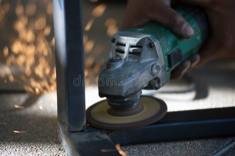 El trabajador es pieza de metal de soldadura de acero de la tabla fotografía de archivo libre de regalías