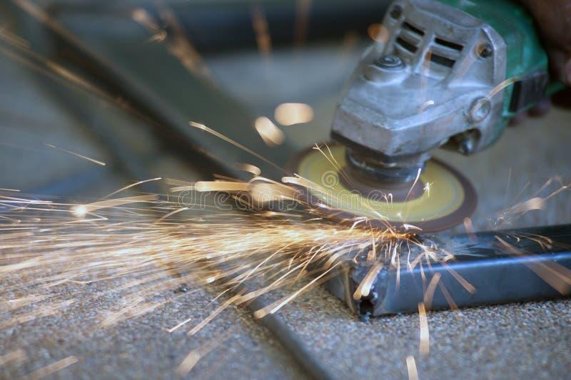 El trabajador es pieza de metal de soldadura de acero de la tabla fotos de archivo