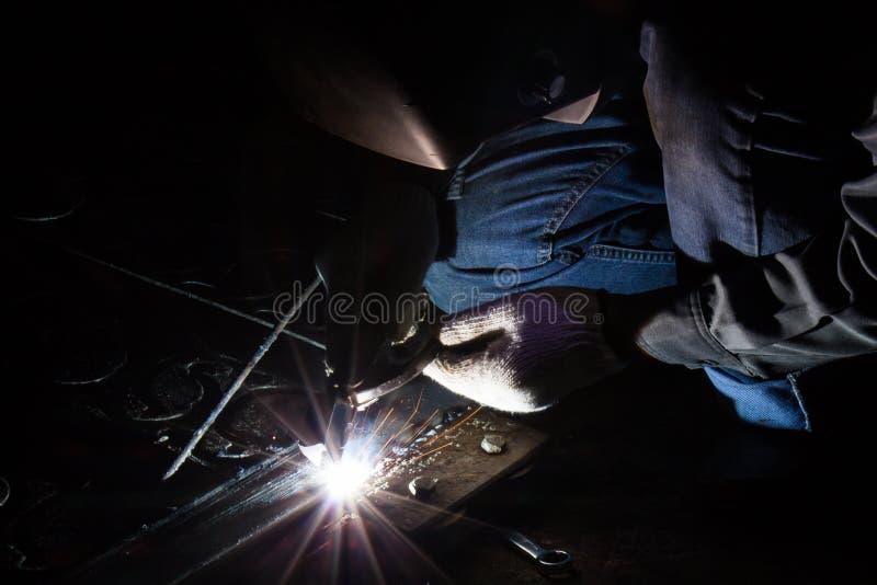 Download El Trabajador Está Soldando Con Autógena El Acero Imagen de archivo - Imagen de experto, construcción: 42441965