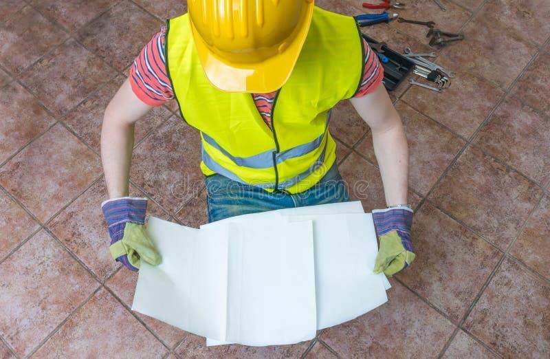 El trabajador está sosteniendo el papel vacío para el mensaje de encargo Visión superior imagen de archivo