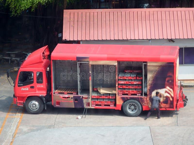 El trabajador levanta el panel lateral de Coca-Cola calificado camión de reparto imagen de archivo