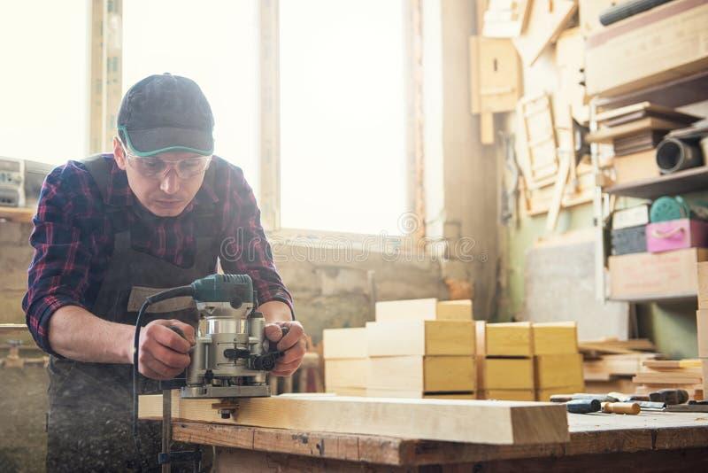 El trabajador muele la caja de madera imágenes de archivo libres de regalías
