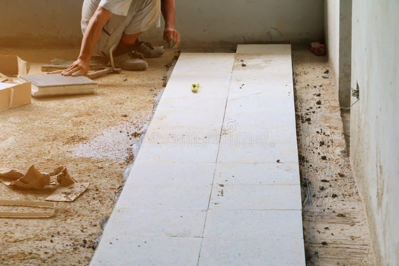 El trabajador que instalaba el bloque pulió el interior de piedra del piso el edificio fotos de archivo