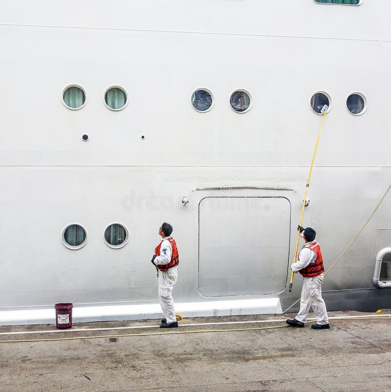 El trabajador renueva el lado de la nave fotos de archivo libres de regalías