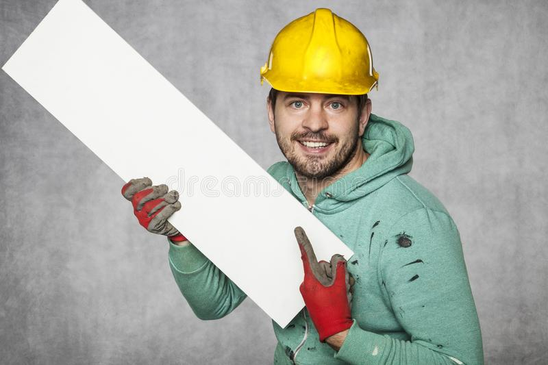 El trabajador sostiene una cartelera en blanco, un lugar para hacer publicidad fotos de archivo libres de regalías