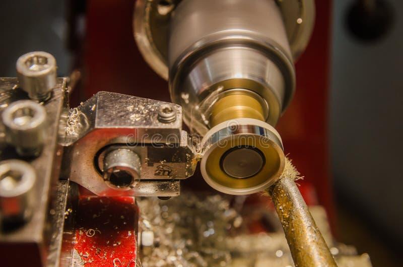 El trabajar a máquina de partes cilíndricas en una máquina del torno imágenes de archivo libres de regalías