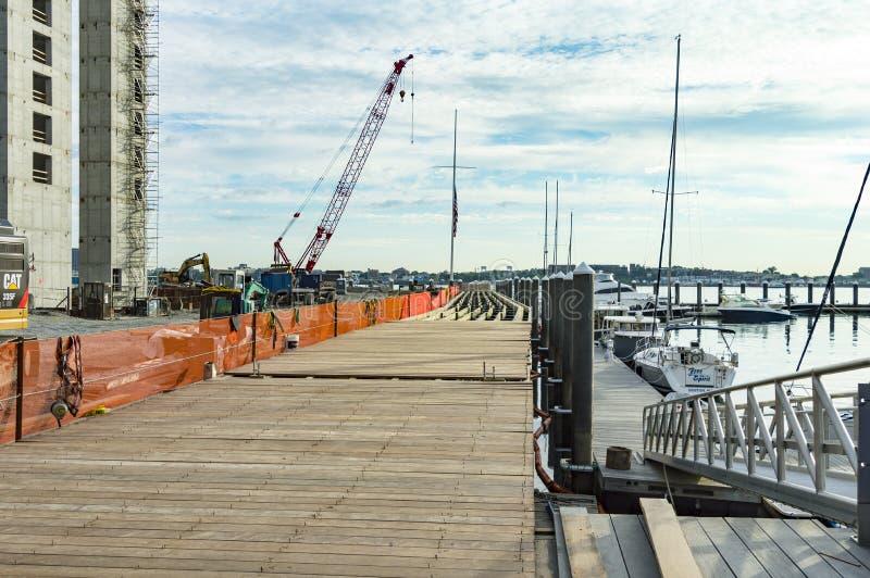 El trabajo continúa en el decking de Harborwalk en Boston foto de archivo