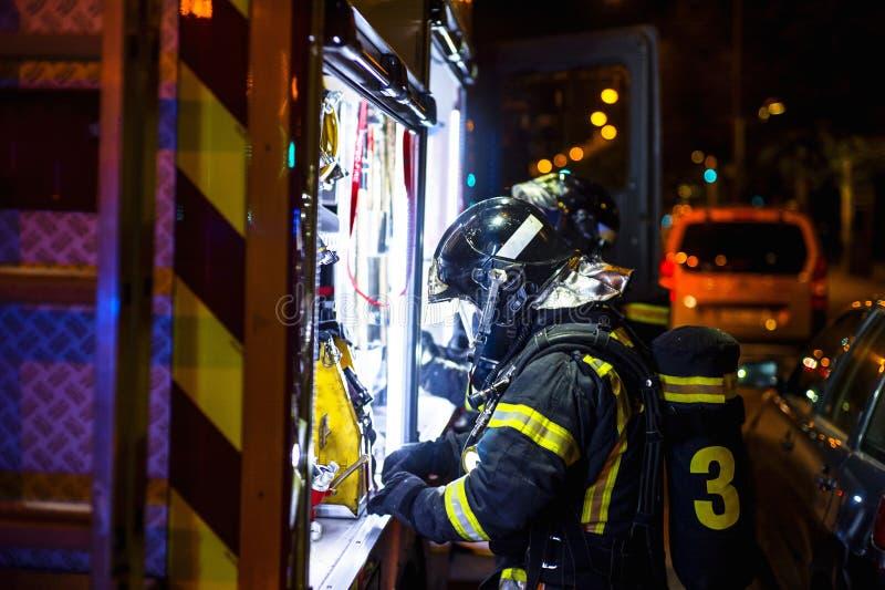 El trabajo de los bomberos en un fuego de la noche Madrid España foto de archivo libre de regalías