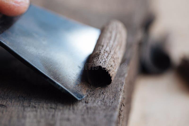 el trabajo de manos principal del ` s con una superficie de madera, un profesional hace los artes de madera imagen de archivo libre de regalías