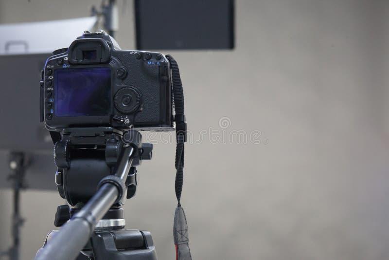 El trabajo de una cámara de vídeo en el estudio imagen de archivo libre de regalías