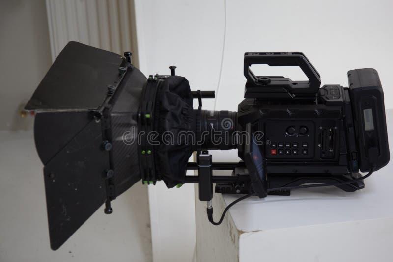 El trabajo de una cámara de vídeo en el estudio foto de archivo