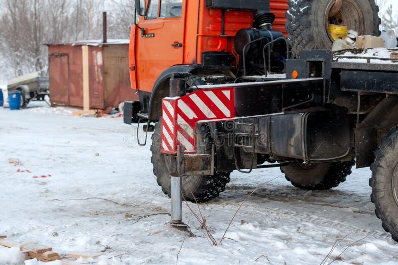 El trabajo de una grúa del camión en condiciones del invierno al cargar buena fotos de archivo libres de regalías