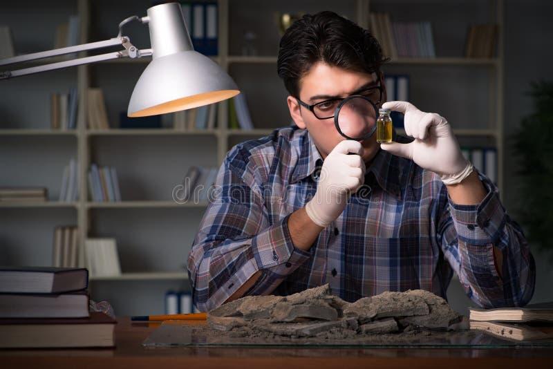El trabajo del arqueólogo de última hora en oficina imagen de archivo libre de regalías