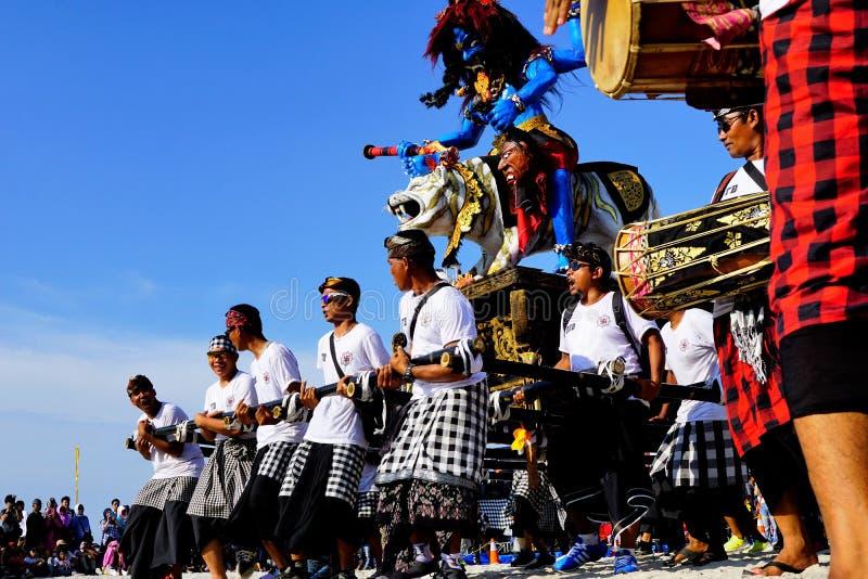 El trabajo en equipo sólido de la danza que lleva la escultura gigante baila junto foto de archivo