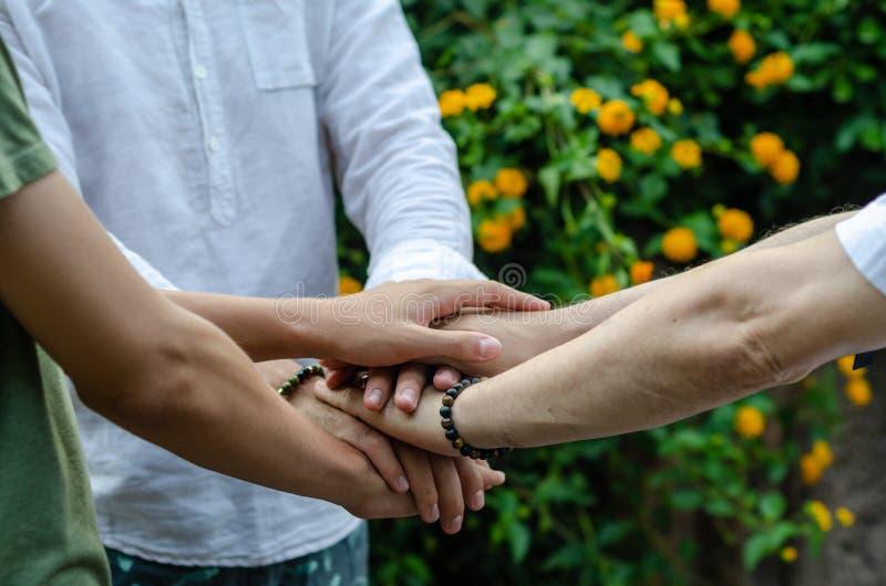 El trabajo en equipo se une a concepto de la ayuda de las manos junto fotografía de archivo libre de regalías