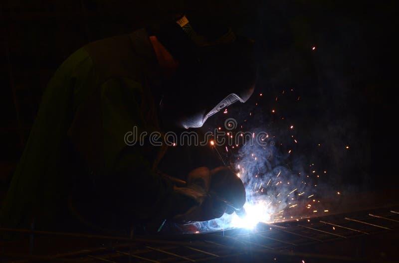 El trabajo en la planta hace la soldadura del metal fotografía de archivo