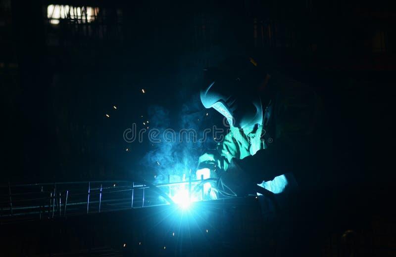 El trabajo en la planta hace la soldadura del metal imagen de archivo libre de regalías