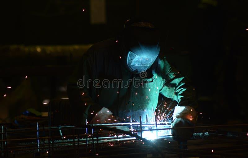 El trabajo en la planta hace la soldadura del metal imagen de archivo