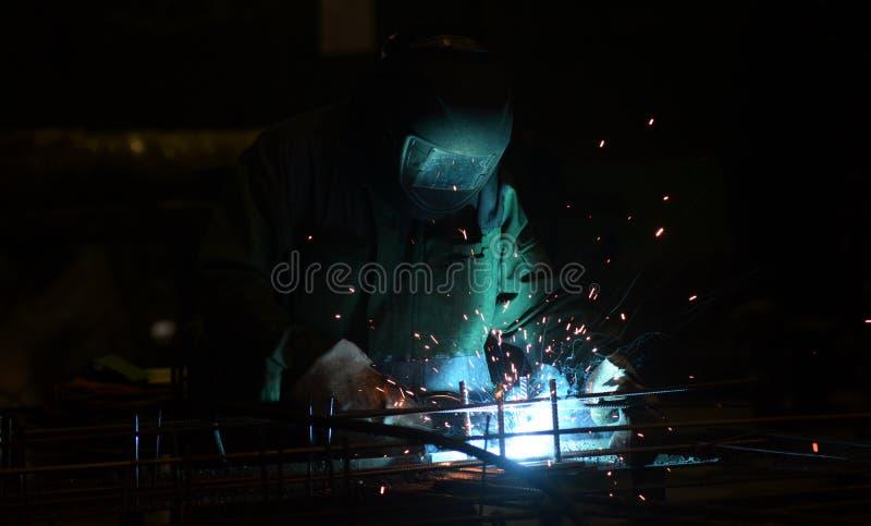 El trabajo en la planta hace la soldadura del metal fotos de archivo libres de regalías