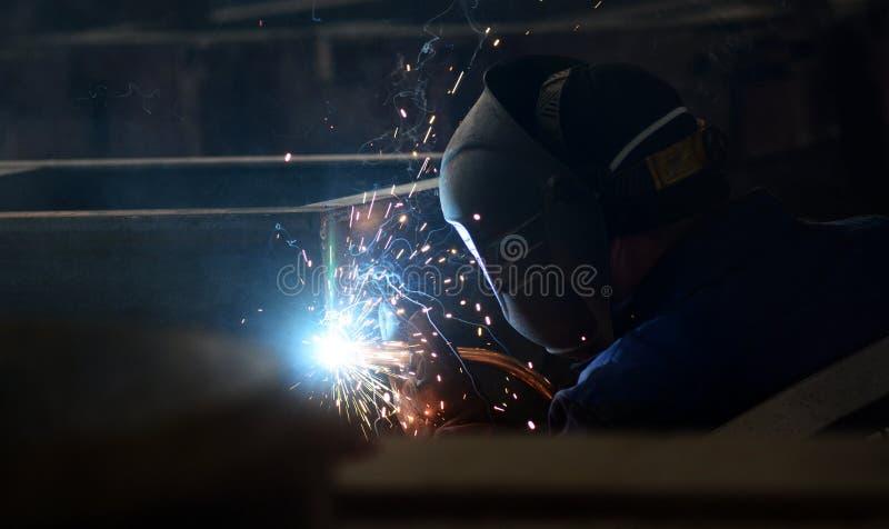 El trabajo en la planta hace la soldadura del metal imagenes de archivo