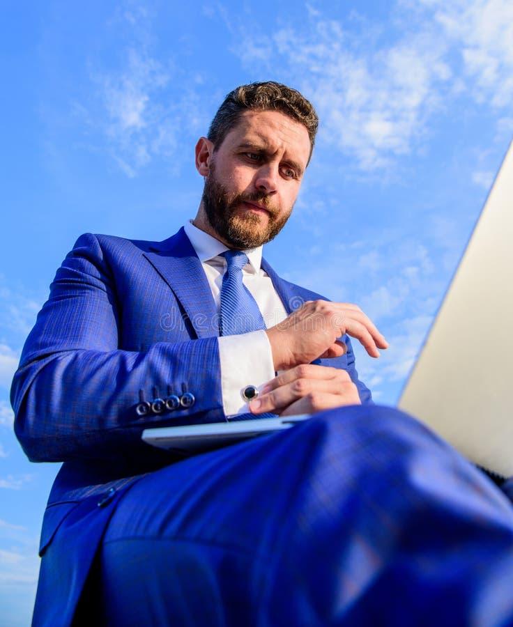 El trabajo es su forma de vida Hombre con la opinión inferior de Internet del ordenador portátil que practica surf Oportunidad de imagenes de archivo