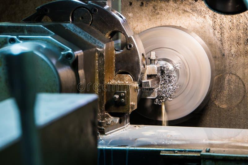 El trabajo industrial del metal agujerea proceso que trabaja a máquina por la herramienta de corte en el torno automatizado imagenes de archivo
