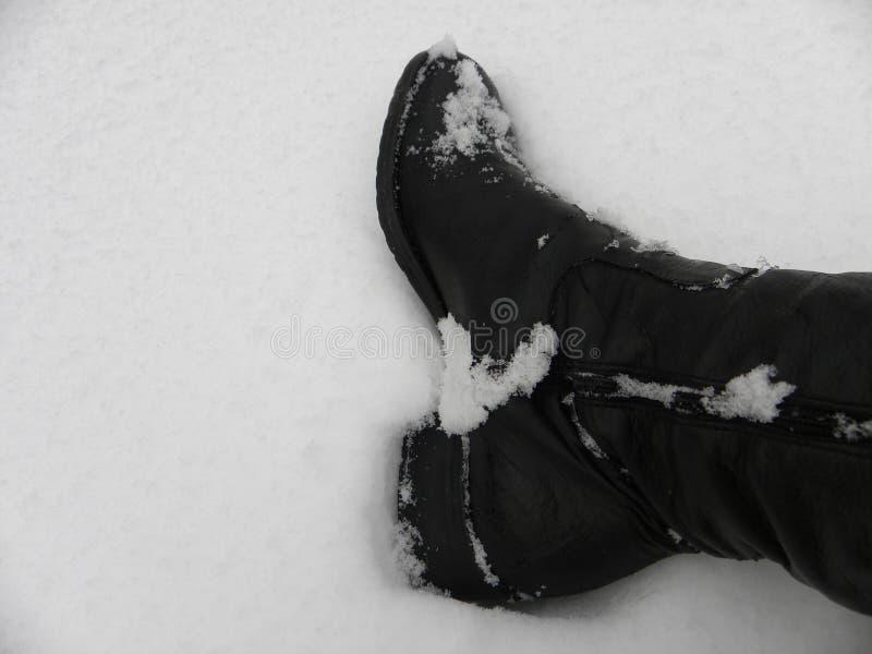 El trabajo patea el invierno mojado, nieve fría, sucia foto de archivo libre de regalías