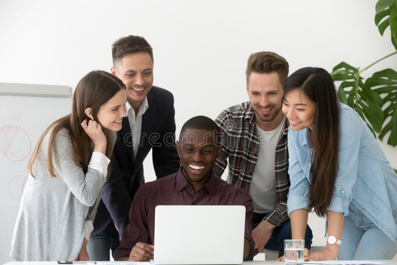 El trabajo sonriente combina emocionado por éxito empresarial de la compañía en mercado imagen de archivo libre de regalías