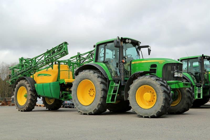 El tractor agrícola de John Deere 7530 y 732i arrastraron el rociador foto de archivo libre de regalías