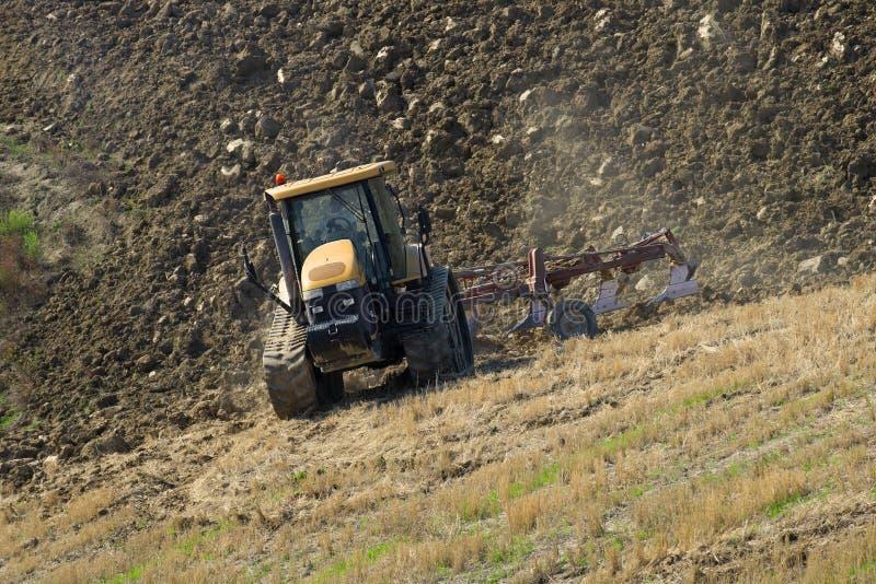 El tractor de correa eslabonada ara el campo fotografía de archivo libre de regalías
