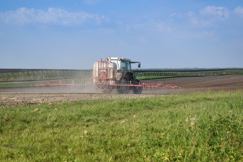 El tractor está haciendo el fertilizante fotos de archivo libres de regalías