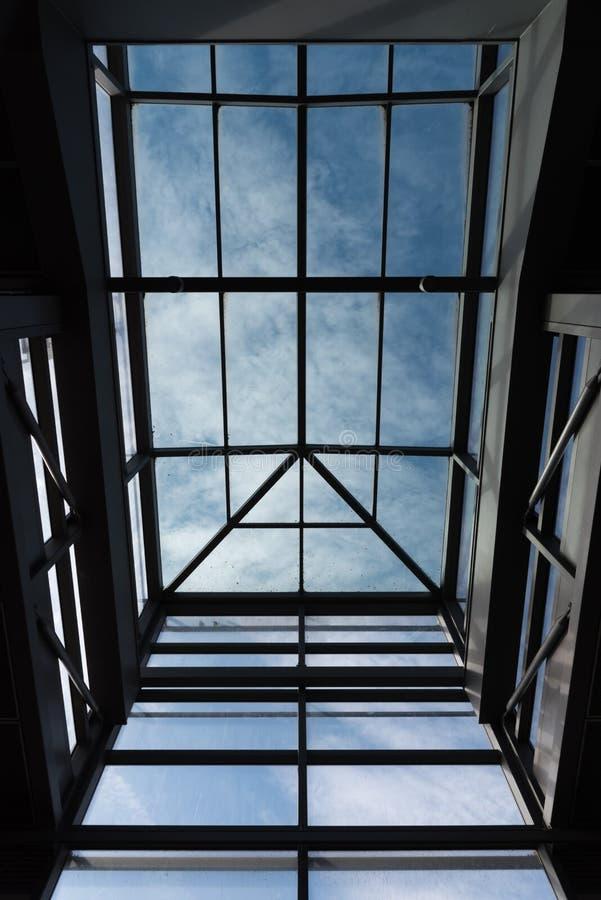 El tragaluz moderno al cielo azul imagen de archivo libre de regalías