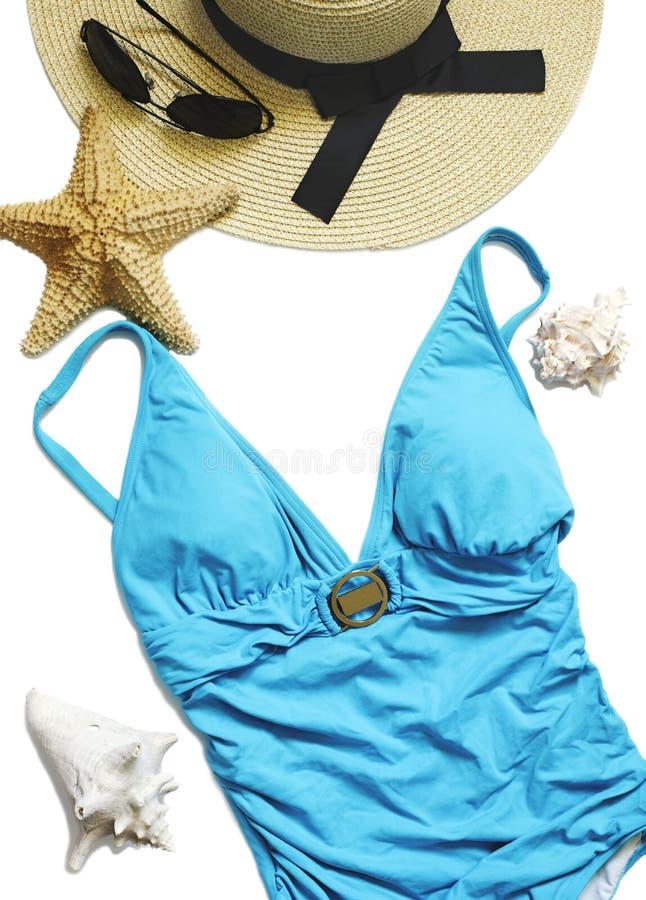 El traje de baño de las mujeres, sombrero de paja y conchas marinas aislados en el fondo blanco fotos de archivo libres de regalías