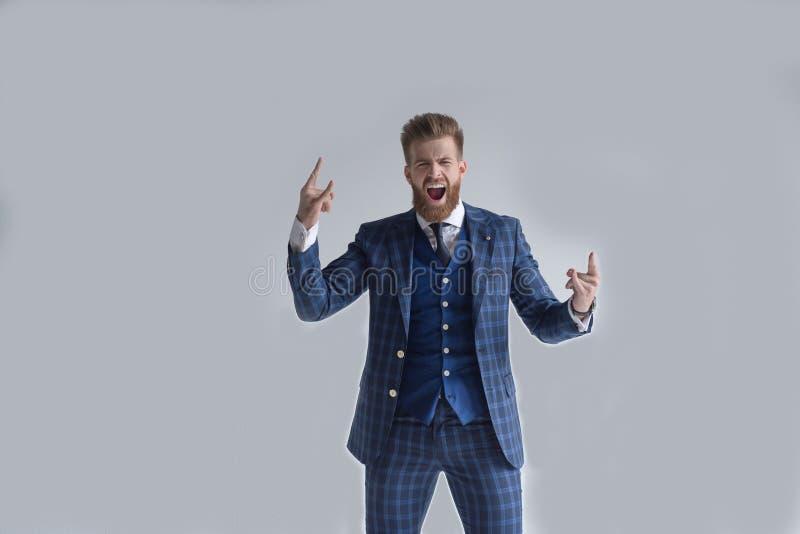 El traje feliz eufórico del desgaste del hombre de negocios celebrar triunfo móvil, ganador ejecutivo afortunado extático emocion foto de archivo